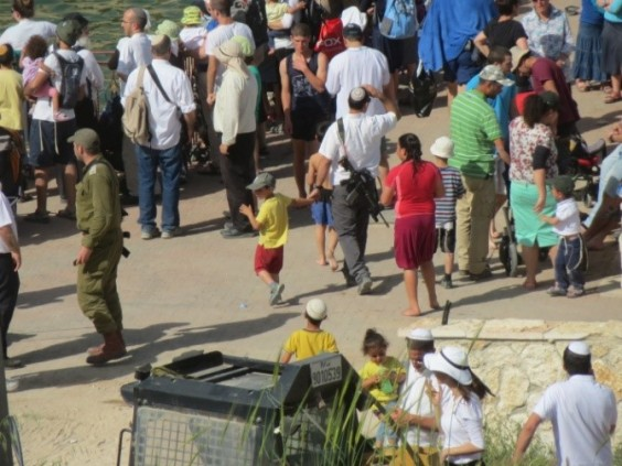 Settlers arriving at the pool [Credit: EAPPI/T.Mansbridge]