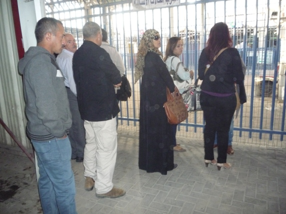 (Photo 2: 22.10.15 People waiting at humanitarian lane Qalandia CP)