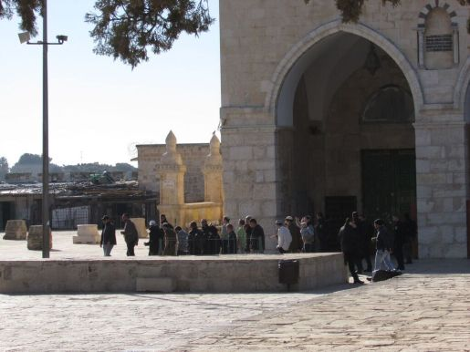 10.12.15 Settlers coming into Al Aqsa Betancourt..JPG